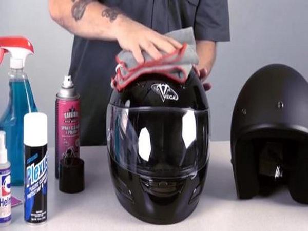 Hướng dẫn vệ sinh mũ bảo hiểm sạch như mới