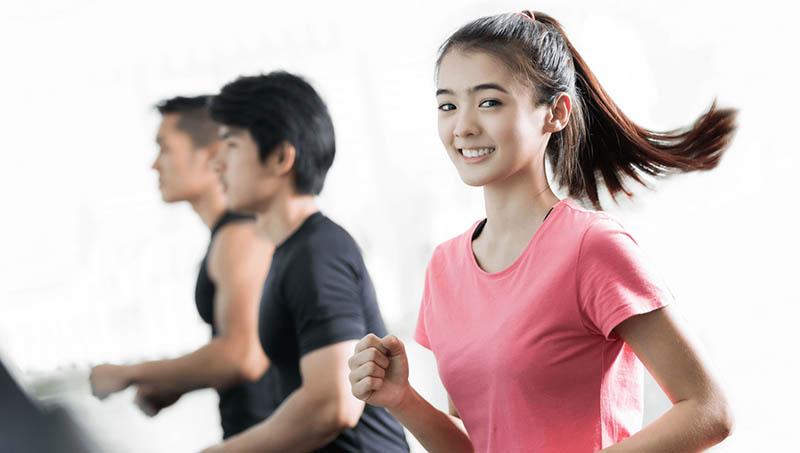Đi bộ với nhịp điệu nhanh chậm sẽ giúp đốt năng lượng nhanh hơn
